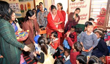 महिला बाल विकास मंत्री श्रीमती इमरती देवी ने अंकुर स्कूल परिसर में  आगंनवाडी केन्द्र में बच्चों को चाकलेट और बिस्कुट बाँटे।#$55180