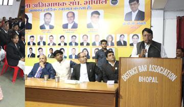विधि एवं विधायी और जनसम्पर्क मंत्री श्री पी.सी. शर्मा ने आज जिला अभिभाषक संघ, भोपाल के नव वर्ष मिलन समारोह को संबोधित किया।#$55198