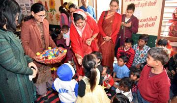 महिला बाल विकास मंत्री श्रीमती इमरती देवी ने अंकुर स्कूल परिसर में  आगंनवाडी केन्द्र में बच्चों को चाकलेट और बिस्कुट बाँटे।#$55181