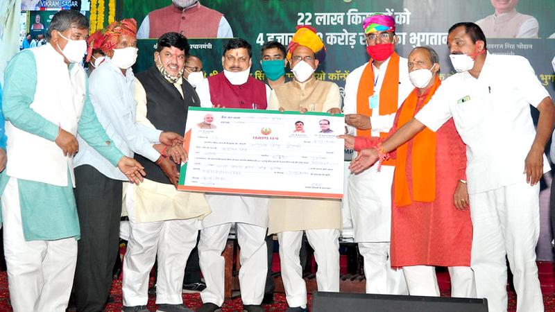 मुख्यमंत्री श्री शिवराज सिंह चौहान ने किसानों को फसल बीमा राशि के भुगतान के प्रमाण-पत्र वितरित किये।