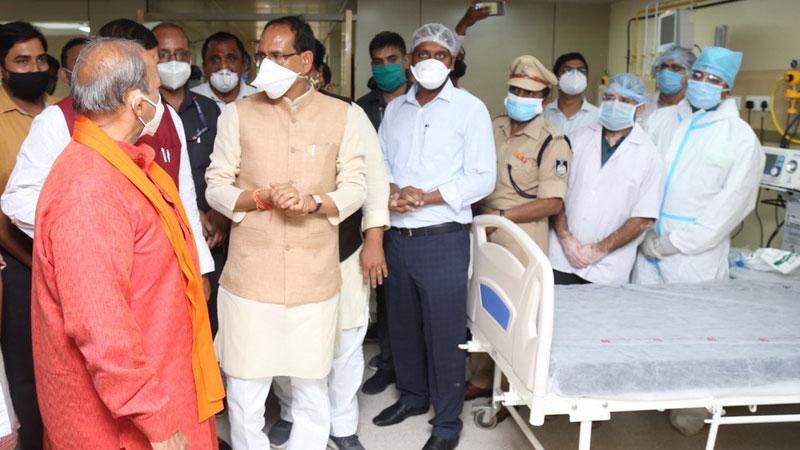 मुख्यमंत्री श्री शिवराज सिंह चौहान ने उज्जैन में आईसीयू का लोकार्पण कर व्यवस्थाओं का जायजा लिया।
