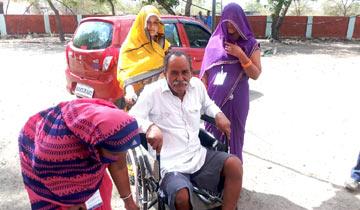 नीमच जिले के ग्राम बोरखेड़ी पनेरी में दिव्यांग रामेश्वर ने लोकसभा निर्वाचन-2019 में किया मताधिकार का उपयोग।