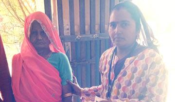 नीमच जिले के ग्राम जवासा में दोनों नेत्रों से दिव्यांग 69 वर्षीय रामकन्या ने लोकसभा निर्वाचन-2019 में मतदान किया।