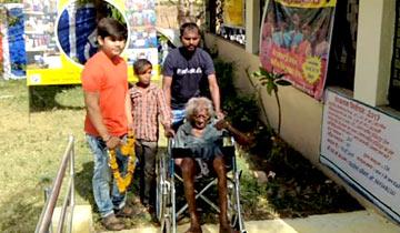 82 वर्षीय दिव्यांग श्री कचाटिया बाबा ने किया मतदान।