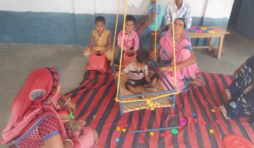 मदंसौर में मतदान करने आई महिलाओं के बच्चों के लिए आंचल घर की व्यवस्था की गई।