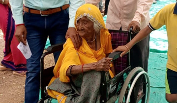 नीमच जिले के नवलपुरा मतदान केन्द्र में 107 वर्षीय भागीबाई नागदा में व्हील-चेयर पर मतदान करने पहुँची।