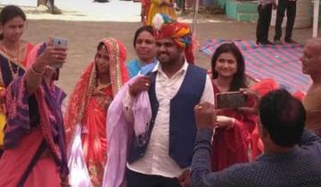 नीमच जिले के मनासा क्षेत्र में भमेसर के बूथ क्रमांक 243 में नवविवाहित दम्पत्ति ने मतदान किया।