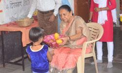 राज्यपाल श्रीमती आनंदीबेन पटेल ने आज खरगोन जिले के ग्राम ऊन में आंगनवा ...