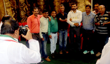 जनसम्पर्क मंत्री श्री पी.सी. शर्मा ने वर्ल्ड फोटोग्राफी-डे पर प्रेस फाटोग्राफर्स की फोटो क्लिक की।