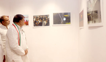 जनसम्पर्क मंत्री श्री पी.सी. शर्मा ने वर्ल्ड फोटोग्राफी-डे प्रदर्शनी का शुभारंभ किया।