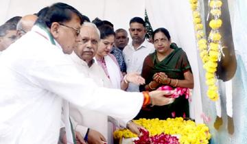 जनसम्पर्क मंत्री श्री पी.सी. शर्मा ने पूर्व राष्ट्रपति डॉ. शंकर दयाल शर्मा की जयंती पर उन्हें पुष्पाँजलि अर्पित की।