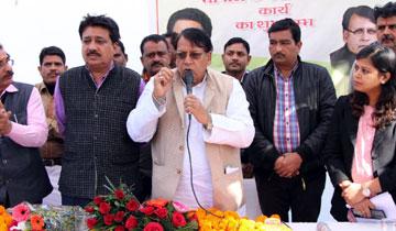 जनसम्पर्क मंत्री श्री पी.सी.शर्मा ने मेन रोड-02 के नवीनीकरण कार्य का शुभारंभ किया।