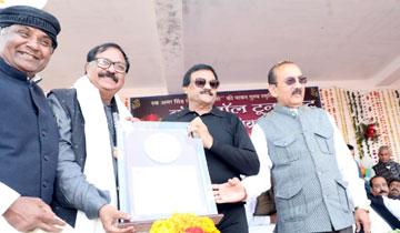 निवाड़ी जिले के पृथ्वीपुर में स्वर्गीय अमर सिंह राठौर की स्मृति में आयोजित 39वीं अखिल भारतीय व्हालीबाल प्रतियोगिता के समापन अवसर पर वाणिज्यिक कर मंत्री श्री बृजेन्द्रसिंह राठौर,वित्त मंत्री श्री तरूण भनोत, श्रम मंत्री श्री महेन्द्र सिंह सिसोदिया ने वरिष्ट पत्रकारों को सम्मानित किया।