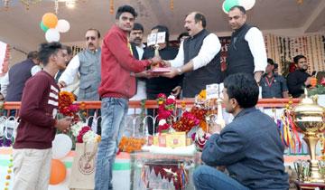 निवाड़ी जिले के पृथ्वीपुर में स्वर्गीय अमर सिंह राठौर की स्मृति में आयोजित 39वीं अखिल भारतीय व्हालीबाल प्रतियोगिता के समापन अवसर पर वाणिज्यिक कर मंत्री श्री बृजेन्द्रसिंह राठौर,वित्त मंत्री श्री तरूण भनोत, श्रम मंत्री श्री महेन्द्र सिंह सिसोदिया, खनिज सधान मंत्री श्री प्रदीप जायसवाल और ऊर्जा मंत्री श्री प्रियव्रत सिंह ने मेधावी छात्र-छात्राओं को सम्मानित किया।