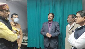 कुटीर एवं ग्रामोद्योग मंत्री श्री हर्ष यादव ने हमीदिया आस्पताल में भर्ती सागर निवासी धनप्रसाद अहिरवार के उपचार एवं स्वास्थ्य की जानकारी प्राप्त की।