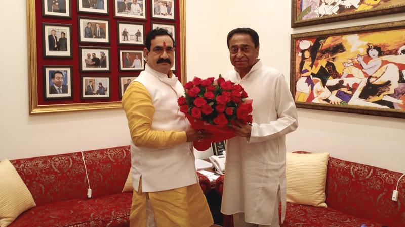 गृह और संसदीय कार्य मंत्री डॉ. नरोत्तम मिश्रा ने पूर्व मुख्यमंत्री श्री कमलनाथ से सौजन्य भेंट कर उन्हें नेता प्रतिपक्ष बनने पर बधाई और शुभकामनाएं दी।