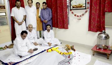 मुख्यमंत्री श्री कमल नाथ ने पूर्व मुख्यमंत्री श्री बाबूलाल गौर के निवास पहुँचकर उनके पार्थिव शरीर पर पुष्प-चक्र अर्पित कर उन्हें श्रद्धांजलि दी और उनके परिजनों को सांत्वना प्रदान की।