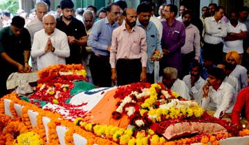 सामान्य प्रशासन मंत्री डॉ. गोविंद सिंह ने पूर्व मुख्यमंत्री श्री बाबूलाल गौर के निधन पर उन्हे श्रद्धांजलि अर्पित की।