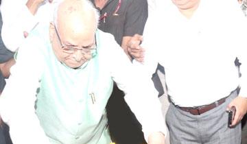 राज्यपाल श्री लालजी टंडन ने भोपाल के सुभाष नगर विश्राम घाट पहुँचकर प्रदेश के पूर्व मुख्यमंत्री स्वर्गीय श्री बाबूलाल गौर के पार्थिव शरीर पर पुष्प-चक्र अर्पित कर श्रद्धांजलि दी।