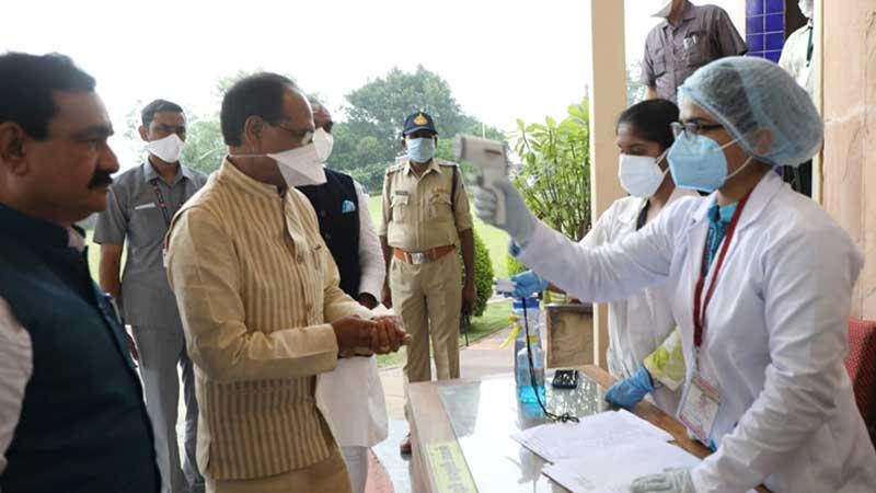 मुख्यमंत्री श्री शिवराज सिंह चौहान ने जांच करवाकर विधानसभा भवन में प्रवेश किया।