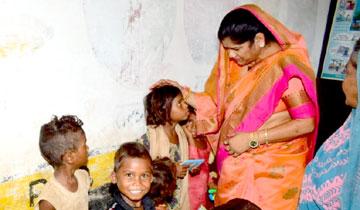 महिला-बाल विकास मंत्री श्रीमती इमरती देवी ने ग्वालियर में आँगनवाडी केन्द्रों का औचक निरीक्षण किया।