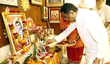 मुख्यमंत्री श्री कमल नाथ ने श्रीकृष्ण जन्माष्टमी के अवसर पर अपने निवास पर भगवान श्रीकृष्ण का जन्मोत्सव मनाया। उन्होंने पारंपरिक विधि-विधान के साथ भगवान श्रीकृष्ण की अराधना की और प्रदेश के श्रद्धालु नागरिकों के स्वस्थ और सुखी जीवन की कामना की।