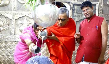 मुख्य सचिव श्री एस.आर. मोहन्ती ने उज्जैन के महाकालेश्वर मंदिर में पूजा-अर्चना की।