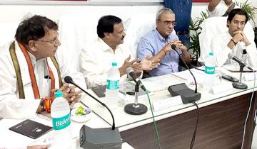 लोक निर्माण मंत्री श्री सज्जन सिंह वर्मा, धार्मिक न्यास एवं धर्मस्व मंत्री श्री पी.सी. शर्मा और नगरीय विकास एवं आवास मंत्री श्री जयवर्द्धन सिंह ने उज्जैन में महाकालेश्वर मंदिर क्षेत्र के विकास कार्यों के बारे में स्थानीय जन-प्रतिनिधियों और पुजारियों के साथ बैठक की। मुख्य सचिव श्री एस.आर. मोहन्ती भी बैठक में शामिल हुए।