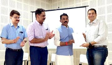 लोक स्वास्थ्य एवं परिवार कल्याण मंत्री श्री तुलसीराम सिलावट ने इन्दौर में नेत्र रोगियों की रोशनी वापस लाने वाले शंकर नेत्रालय, चैन्नई के विशेषज्ञ डॉ. राजीव रमन को सम्मानित किया।