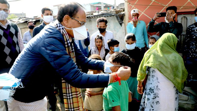 मुख्यमंत्री श्री शिवराज सिंह चौहान ने भोपाल की अब्बास नगर बस्ती में जाकर बच्चों को मास्क पहनाएं।