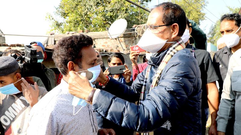 मुख्यमंत्री श्री शिवराज सिंह चौहान ने भोपाल की अब्बास नगर बस्ती में जाकर आमलोगों को अपने हाथों से मास्क पहनाएं।