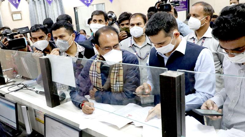 मुख्यमंत्री श्री शिवराज सिंह चौहान ने कलेक्ट्रेट भोपाल स्थित लोकसेवा केन्द्र का निरीक्षण कर आवेदकों के प्रकरणों का जायजा लिया।