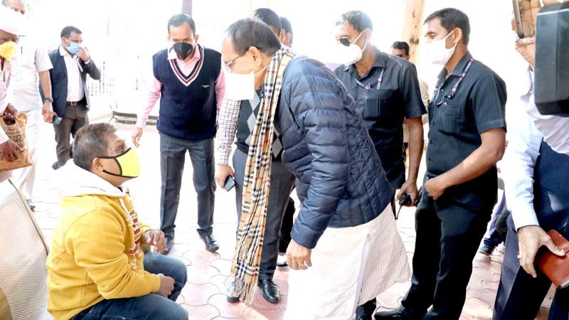 मुख्यमंत्री श्री शिवराज सिंह चौहान ने कलेक्ट्रेट भोपाल स्थित लोकसेवा केन्द्र में आए आवेदकों से भेंट कर जानकारी प्राप्त की।