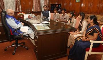 राज्यपाल श्री लालजी टंडन ने राजभवन में स्कूली बच्चों से संवाद किया।