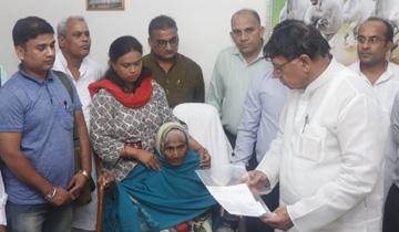 जनसम्पर्क मंत्री श्री पी.सी. शर्मा ने शहीद स्व. श्री हरीश चंद्र पाल की माता को शहीद सम्मान निधि अंश की शेष राशि का चेक प्रदान किया।
