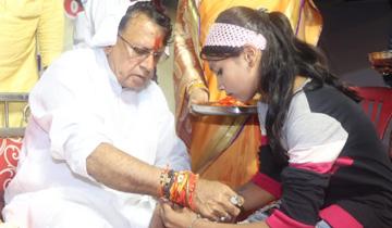 जनसम्पर्क मंत्री श्री पी.सी. शर्मा को शहर की बहनों ने राखी बांधी।