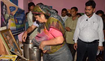 महिला-बाल विकास मंत्री श्रीमती इमरती देवी ने ग्वालियर के मुरार क्षेत्र के सोसा बडागांव में ऑगनवाड़ी केन्द्रों का निरीक्षण किया।