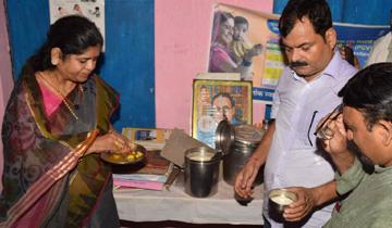 महिला-बाल विकास मंत्री श्रीमती इमरती देवी ने ग्वालियर के मुरार क्षेत्र के सोसा बडागांव के ऑगनवाड़ी केन्द्र में भोजन को चख कर क्वालिटी चेक की।