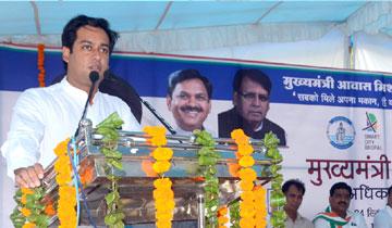 नगरीय विकास एवं आवास मंत्री श्री जयवर्धन सिंह ने वार्ड-31 में मुख्यमंत्री आवास मिशन में अधिकार-पत्र वितरण  कार्यक्रम को संबोधित किया।