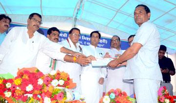 नगरीय विकास एवं आवास मंत्री श्री जयवर्धन सिंह और  जनसम्पर्क मंत्री श्री पी.सी.शर्मा ने वार्ड-31 में मुख्यमंत्री आवास मिशन (शहरी) में हितग्राहियों को अधिकार-पत्र वितरित किये।