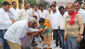 जनसम्पर्क मंत्री श्री पी.सी. शर्मा ने अम्बेडकर नगर में सड़क का भूमि-पूजन किया।