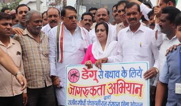 जनसम्पर्क मंत्री श्री पी.सी. शर्मा ने रोशनपुरा चौराहे से डेंगू से बचाव के जन-जागरूकता अभियान का शुभारंभ किया।