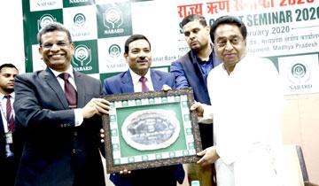 मुख्यमंत्री श्री कमल नाथ को मंत्रालय में नाबार्ड की राज्य ऋण संगोष्ठी में नाबार्ड के मुख्य महाप्रबंधक श्री एस.के. बंसल ने स्मृति-चिन्ह भेंट किया।