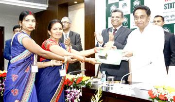 मुख्यमंत्री श्री कमल नाथ ने मंत्रालय में नाबार्ड की राज्य ऋण संगोष्ठी 2020 में उत्कृष्ट प्रदर्शन करने वाले किसान उत्पादक संगठनों को सम्मानित किया।