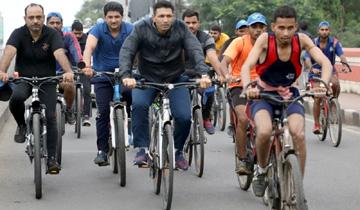 खेल मंत्री श्री जीतू पटवारी ने आज इंदौर मे राष्ट्रीय खेल दिवस पर स्वयं साईकिल चला कर रैली का शुभारंभ किया।