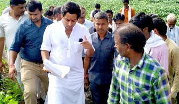 नगरीय विकास एवं आवास मंत्री श्री जयवर्द्धन सिंह ने राघौगढ़ तहसील के विभिन्न ग्रामों में अतिवर्षा से प्रभावित फसलों का अवलोकन कर किसानों से चर्चा की।
