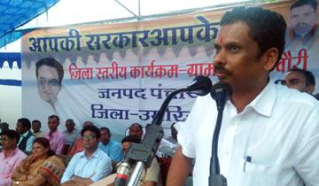 """आदिम जाति कल्याण मंत्री श्री ओमकार सिंह मरकाम ने बुधवार को उमरिया जिले के दूरस्थ ग्राम चौरी में """"आपकी सरकार आपके द्वार"""" शिविर को संबोधित किया।"""