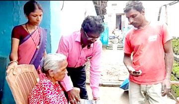 वृद्ध और अशक्त उपभोक्ताओं को घर-घर जाकर राशन देते हैं बालाघाट के सेल्समेन-महादेव वराड़े।