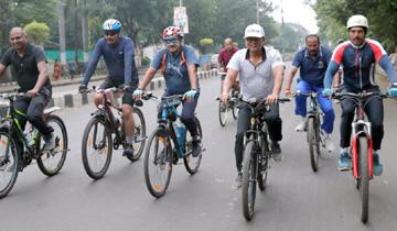 राष्ट्रीय खेल दिवस पर संचालक खेल एवं युवा कल्याण श्री एस.एल.थाउसेन ने टी.टी.नगर से प्रारंभ साईकिल रैली मे शामिल हुए।