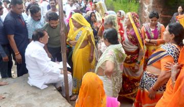 जनसम्पर्क मंत्री श्री पी.सी.शर्मा प्रेमपुरा गाँव में आम जनता से रूबरू हुए।
